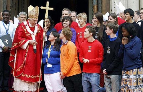 Paus Benediktus XVI berbicara dengan OMK di luar Katedral Westminster di London (Sumber: telegraph.co.uk)